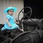 Kind auf Traktor
